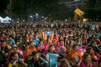 Cientos de personas celebran en Plaza Cataluña luego del referéndum por la independencia, el 1 de octubre en Barcelona. Oficiales de la Policía Nacional y la Guardia Civil de España fueron desplegados para evitar que la población accediera a los centros de votación. Credit Santi Donaire/European Pressphoto Agency
