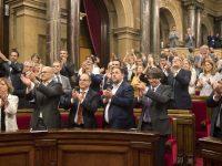 Puigdemont y Junqueras aplauden tras la aprobación de la ley. Efe
