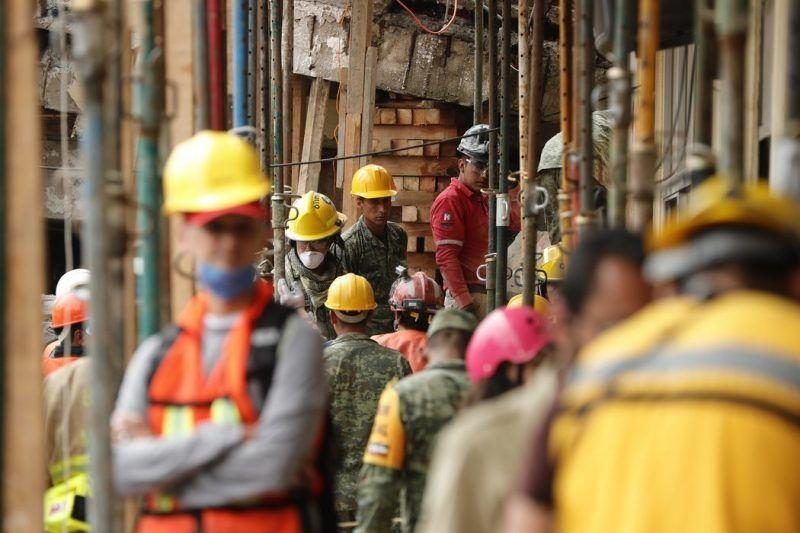 Miembros de la Marina de México negaron la existencia de la niña Frida Sofía, quien estaba supuestamente atrapada bajo los escombros de la escuela Enrique Rébsamen de Ciudad de México, el 21 de septiembre de 2017. Credit José Méndez / EPA