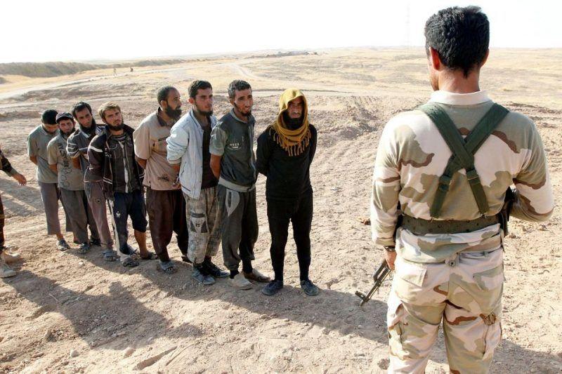 Des combattants de l'Etat islamique détenus par des peshmergas, au sud de Kirkouk, le 5 octobre. Photo Ako Rasheed. Reuters