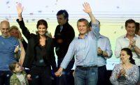 El presidente argentino Mauricio Macri, la primera dama Juliana Awada y su hija Antonia celebran junto con la vicepresidenta Gabriela Michetli, a la derecha, el triunfo de Cambiemos en las elecciones legislativas del 22 de octubre de 2017. Credit Marcos Brindicci/Reuters