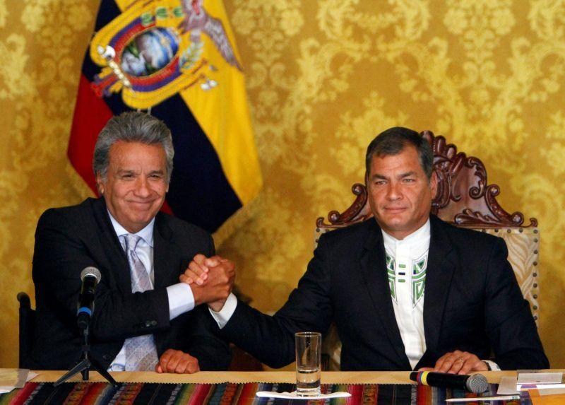El entonces presidente electo de Ecuador, Lenín Moreno, y el entonces presidente Rafael Correa se dan la mano durante una reunión para comenzar el proceso de transición en abril de 2017. Credit Daniel Tapia/Reuters