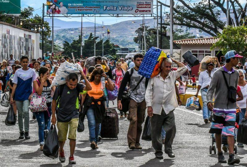Venezolanos cruzando hacia Colombia en julio. Su país es uno de los ocho que fueron incluidos en las nuevas restricciones de viaje a Estados Unidos anunciadas recientemente por el gobierno de Trump. Credit Luis Acosta/Agence France-Presse — Getty Images