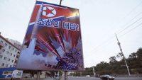 """Un cartel propagandístico en Pyongyang, la capital de Corea del Norte, muestra un misil que impacta contra el Capitolio de Estados Unidos con una consigna que dice: """"La respuesta de la República Popular Democrática de Corea"""". Credit Jonah M. Kessel/The New York Times"""