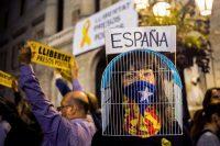 Un grupo de manifestantes protesta contra el encarcelamiento de ocho miembros depuestos del parlamento catalán, en la plaza de Sant Jaume, en Barcelona, España, el 3 de noviembre. Credit Quique Garcia/European Pressphoto Agency