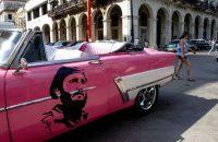 Un clásico auto estadounidense decorado con la imagen del Fidel Castro en La Habana en la víspera del primer aniversario de su muerte y en el contexto de la incertidumbre por el venidero abandono del poder de Raúl Castro, el estancamiento económico y la hostilidad de Estados Unidos. Credit Yamil Lage/Agence France-Presse -- Getty Images