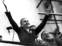 Eva Perón saluda a sus seguidores durante un acto público en Buenos Aires EN 1950. AP.