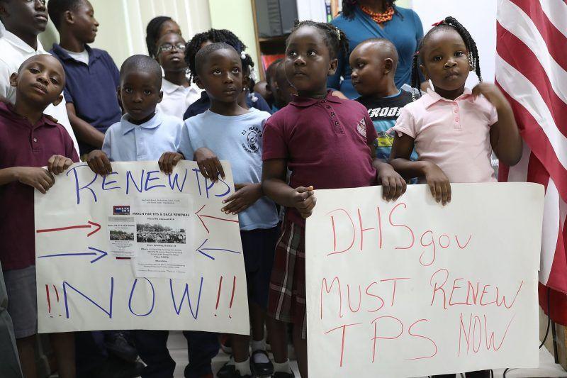 Un grupo de niños sostienen carteles pidiéndole al gobierno federal que renueve el Estatus de Protección Temporal para inmigrantes de Haití, Honduras, Nicaragua y El Salvador, el 6 de noviembre en Little Havana, en Miami, Florida. Credit Joe Raedle/Getty Images