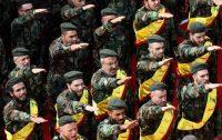 Miembros de Hezbolá durante el funeral de varios combatientes muertos en Siria. MAHMOUD ZAYYAT (AFP)