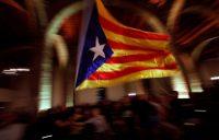 Algunos independentistas celebran en la Asamblea Nacional Catalana después de la confirmación de los resultados electorales el 21 de diciembre. Credit Emilio Morenatti/Associated Press