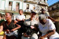 """Al centro, Jon Alpert, director del documental """"Cuba and the Cameraman"""", que sigue la historia de tres familias cubanas durante cuarenta años. Credit Netflix"""