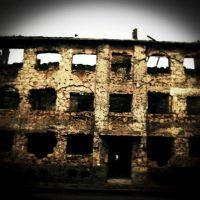 En 2006, sur la route de Sarajevo, un bâtiment détruit par les combats dans la région de Mostar. Photo Simona GHIZZONI. CONTRASTO. REA