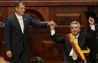 Durante su toma de posesión, el 24 de mayo de 2017, el presidente entrante Lenín Moreno, a la derecha, sostiene la mano del expresidente Rafael Correa. Credit Dolores Ochoa/Associated Press