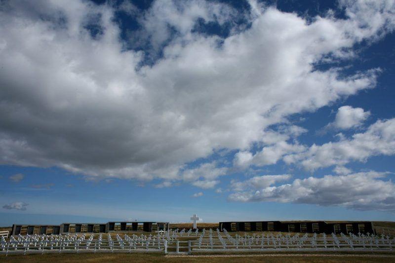 """El cementerio de Darwin, donde más de cien lápidas tienen la inscripción """"soldado argentino solo conocido por Dios"""". Credit Scott Dalton para The New York Times"""