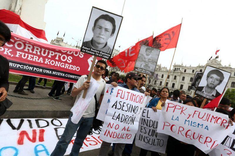 Protestas contra el indulto a Fujimori este lunes en Lima. MARIANA BAZO (REUTERS)