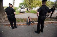 Una mujer en Nueva Jersey es interrogada por policías por una presunta posesión de heroína. Credit Jessica Kourkounis para The New York Times