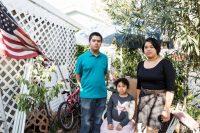 Verónica Lagunas es una de las casi 200.000 salvadoreñas que tenía TPS. En diciembre de 2017 posó en su casa en Los Ángeles con sus dos hijos, Angie (de 8 años) y Alexandre (de 13 años). Credit Emily Berl para The New York Times