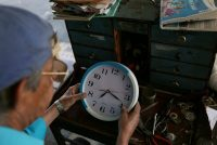 Víctor de Jesús Cabezas arregla un reloj en su local en San Salvador, el 23 de enero de 2018. Credit José Cabezas/Reuters