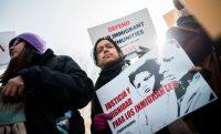 El lunes 8, activistas y migrantes protestaron cerca de la Casa Blanca después de que el gobierno de Trump anunciara el fin del Estatus de Protección Temporal a los salvadoreños en Estados Unidos. Credit Andrew Caballero-Reynolds/Agence France-Presse — Getty Images