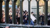 Estudiantes iraníes se enfrentan con la policía antidisturbios durante una protesta antigubernamental alrededor de la Universidad de Teherán el 30 de diciembre. (AFP) V´deo: EPV