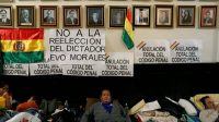 Diputados bolivianos durante una huelga de hambre para pedir l´abrogación del nuevo código penal, en La Paz, el pasado 17 de enero. DAVID MERCADO (REUTERS)