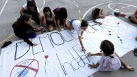 Niñas decoran una pancarta con el lema 'Democracia, Independencia' en el colegio Torrent D'en Melis de Barcelona. Claudio Álvarez (EL PAÍS)