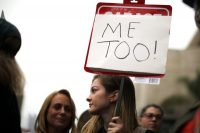 """Durante una protesta en noviembre de 2017 en apoyo a las víctimas de acoso sexual en Los Ángeles, una mujer sostiene el emblema del movimiento: """"MeToo"""". Credit Lucy Nicholson/Reuters"""