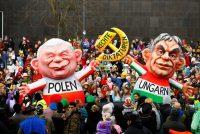 Un carro alegórico representa a Jaroslaw Kaczynksi, líder del partido Ley y Justicia en Polonia, y a Viktor Orbán, primer ministro de Hungría, en el carnaval satírico anual de Düsseldorf, Alemania, que se celebró este mes. Credit Thilo Schmuelgen/Reuters