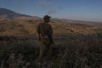 Un soldado israelí mirando hacia Siria desde los Altos del Golán Credit Uriel Sinai para The New York Times