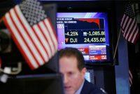 Una pantalla muestra las cifras de la caída en el índice Dow Jones de la Bolsa de Valores de Nueva York, el 5 de febrero Credit Brendan Mcdermid/Reuters