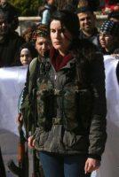 Une civile kurde turque qui a rejoint les rangs des combattants qui luttent contre l'offensive turque, à Afrin, le 28 janvier. Photo Delil Souleiman. AFP