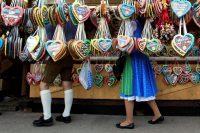 Pantaloncillos lederhose y vestidos dirndl entre las tradicionales galletas de jengibre del Oktoberfest en Múnich Credit Michaela Rehle/Reuters