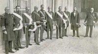 De izquierda a derecha, los ministros Pidal, Alba, Romanones, Maura, Dato, Alhucemas, González Besada, Cambó y Marina flanquean a Alfonso XIII, fotografiados para ABC por Ramón Alba el 22 de marzo de 1918