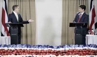Los candidatos presidenciales, Fabricio Alvarado y Carlos Alvarado, en un debate en San José el 20 de marzo de 2018 Credit Jeffrey Arguedas/EPA, vía Shutterstock