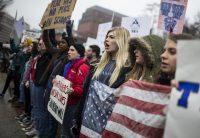 Manifestantes afuera de la Casa Blanca la semana pasada Credit Zach Gibson/Getty Images