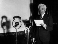 Manuel Portela Valladares, presidente del gobierno, habla al país desde el ministerio de Gobernación, la víspera de la elecciones generales de febrero de 1936 (EFE). Saludos. EFE