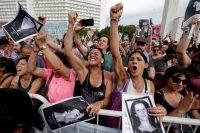 Mientras se condenaba a 29 personas a cadena perpetua por matar a más de 700 civiles durante la dictadura militar en Argentina, en un juicio del 29 de noviembre de 2017, cientos de personas celebraron el veredicto. Credit Victor R. Caivano/Associated Press