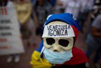 Una mujer con una máscara y un tapabocas participó en una manifestación en Caracas, el 8 de febrero de 2018, para protestar por la crisis de salud pública en Venezuela. Credit Ariana Cubillos/Associated Press