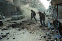 Des hommes constatent les dégâts après un raid de l'armée syrienne, à Douma, dans l'enclave de la Ghouta orientale, le 10 mars. AFP