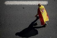 Un hombre lleva la bandera de España en una protesta contra el separatismo catalán el 8 de octubre de 2017 en Barcelona. Credit Chris Mcgrath/Getty Images