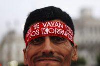 Un hombre que participó en una manifestación durante la sesión del Congreso de Perú para aceptar la renuncia del expresidente Pedro Pablo Kuczynski' el 22 de marzo de 2018 Credit Mariana Bazo/Reuters