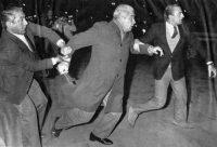 Después de una aparición en un programa televisado en 1984, algunos protestantes se manifestaron frente a la estación de televisión en Buenos Aires para confrontar a Luciano Benjamín Menéndez. Credit United Press International