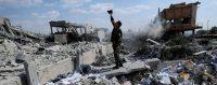 Un soldat syrien filme les dégâts provoqués dans un centre de recherche scientifique ayant été la cible des tirs de missiles des Etats-Unis, de la France et du Royaume-Uni en représailles à une attaque chimique attribuée à l'armée syrienne. Damas,… © Hassan Ammar