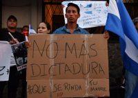 Un grupo de nicaragüenses en Costa Rica se manifestó frente a la embajada de Nicaragua en San José en paralelo a la marcha por la paz en Managua. Credit Ezequiel Becerra/Agence France-Presse — Getty Images