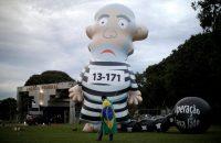 Una figura inflable del expresidente brasileño Luiz Inácio Lula da Silva fue instalada frente a la sede de la Policía Federal en Brasilia el 6 de abril de 2018. Credit Ueslei Marcelino/Reuters