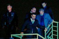 El expresidente brasileño Luiz Inacio Lula da Silva, al centro, llega a los cuarteles de la policía federal donde cumplirá su sentencia de doce años de cárcel, en Curitiba, Brasil, el 7 de abril. Credit Heuler Andrey/Agence France-Presse — Getty Images
