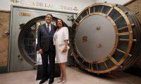Sergio Ramírez, junto a su esposa la socióloga Gertrudis Guerrero, tras depositar su legado en la Caja de las Letras del Instituto Cervantes. FERNANDO ALVARADO (EFE)