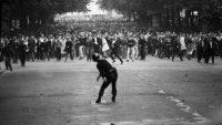 Un policía lanza una piedra a los manifestantes el 6 de mayo de 1968, durante los enfrentamientos en París. GOKSIN SIPAHIOGLU (SIPA)