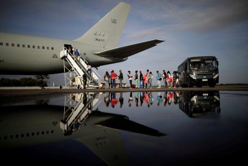 Refugiados venezolanos abordan un avión de la Fuerza Aérea brasileña rumbo a Manaus y São Paulo, el 4 de mayo de 2018. Credit Ueslei Marcelino/Reuters