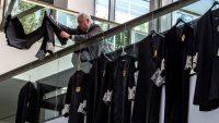 Jueces y fiscales cuelgan sus togas para protestar por la situación de la Justicia. Mariano Cieza Moreno Efe